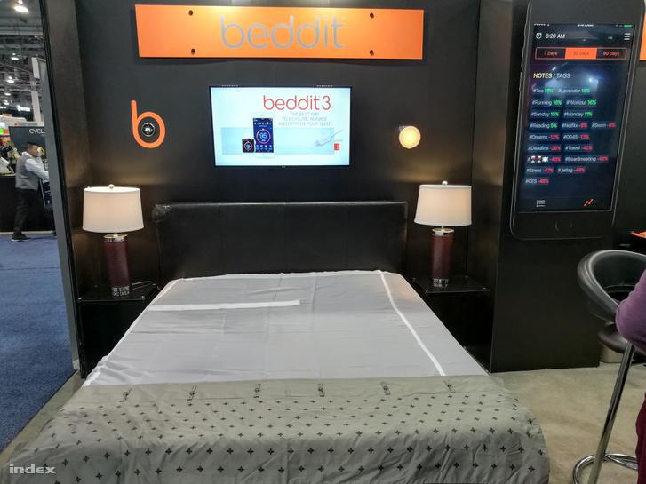 A szalag az ágy baloldalán maga a Beddit. Jobbra a falon a mobilapp képe.