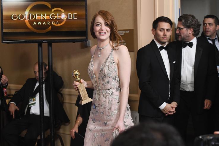 Emma Stone a sajtószobába menet