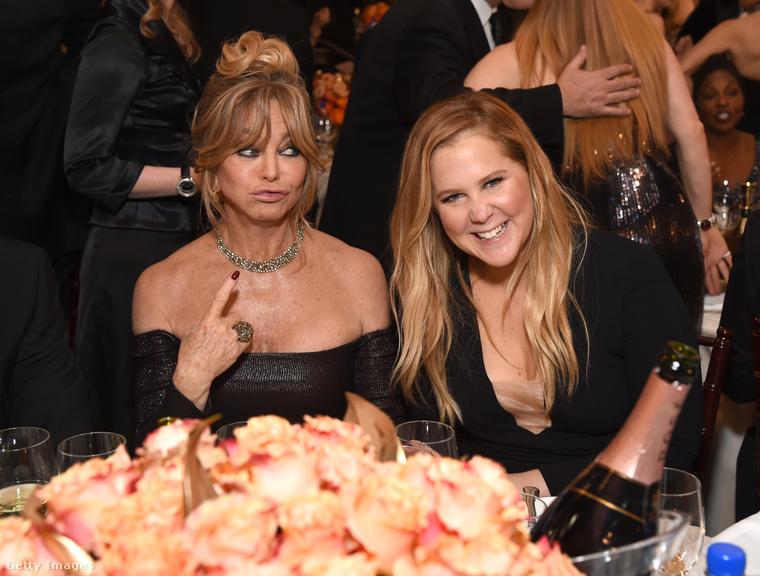 De bent a teremben is megvolt a hangulat, pláne Goldie Hawn és Amy Schumer között, akik nem vettek vissza a viccelődésből.