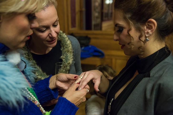 Rácz Rita a gyűrűt mutatja