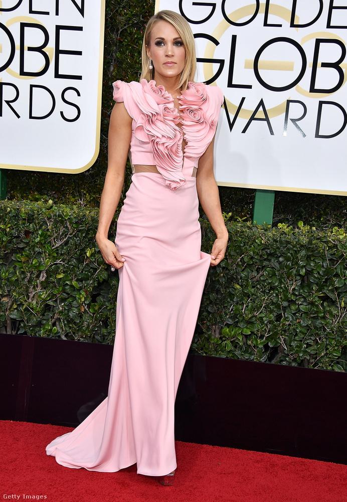 Íme Carrie Underwood énekesnő az est legtöbb reakciót kiváltó ruhájában