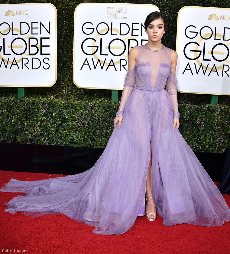 Hailee Steinfeld saccra olyan három köbméter lila vattacukrot viselt, amivel szerintünk önmagában még semmi baj nem lenne