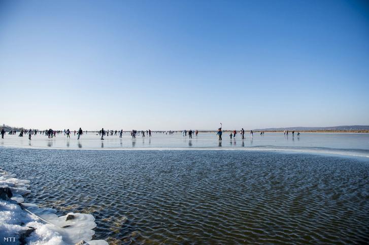 Korcsolyázók a befagyott Velencei-tó jegén 2017. január 7-én.