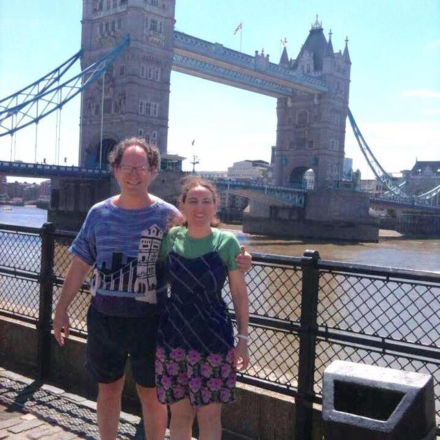 Feleségével pózolt a londoni Tower Bridge előtt.