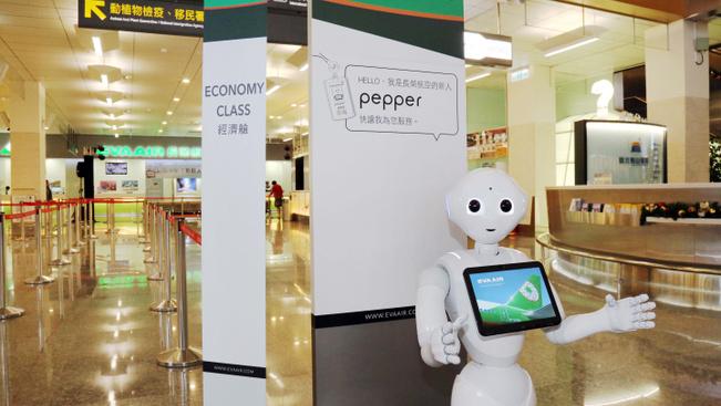 Szelfiző robot tájékoztatja a tajpeji reptér utasait