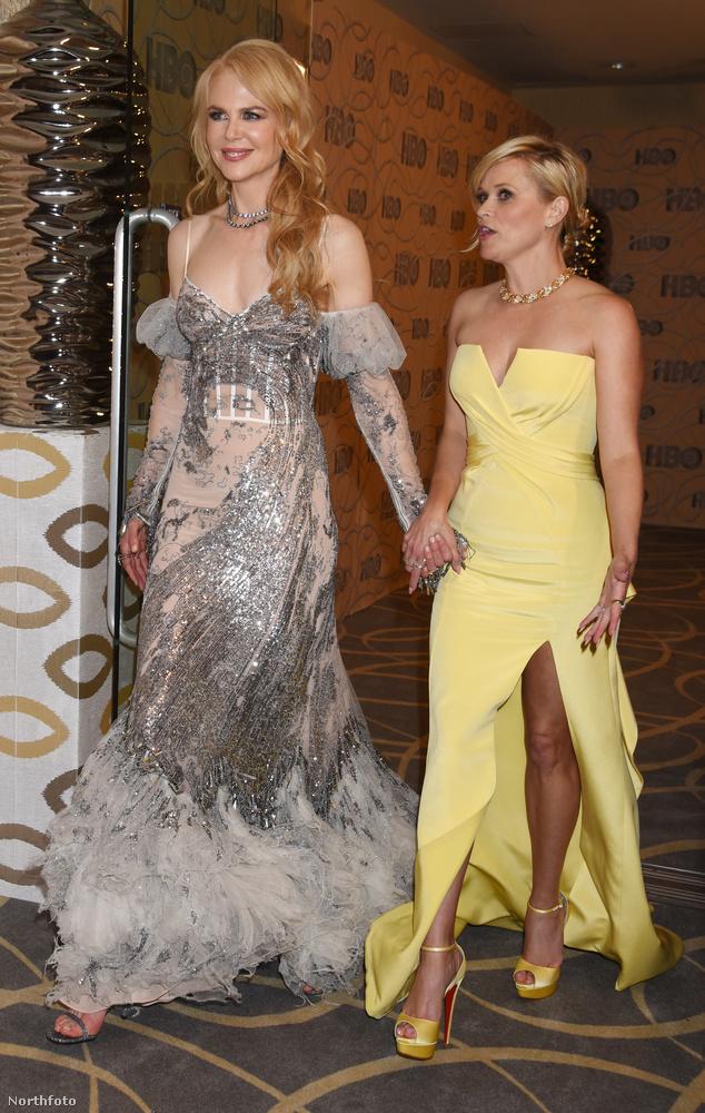 Most pedig nézzenek meg egy kedves jelenetet: Nicole Kidman (balra) és Reese Witherspoon éppen sétálni indultak, amikor