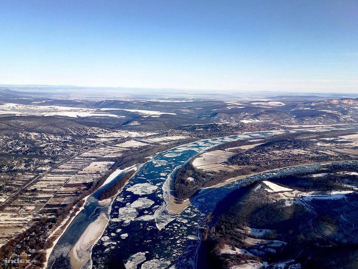 A jeges Duna Visegrád felett 720 méter magasból.