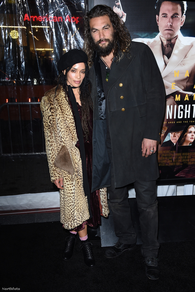 Jason Momoa nem az a kifejezetten nevetgélős típus, de szerelme, Lisa Bonet társaságában azért sikerült kipréselni magából egy halovány mosolyt.