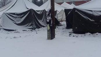 Embertelen a menekültek sátortáborban való elhelyezése