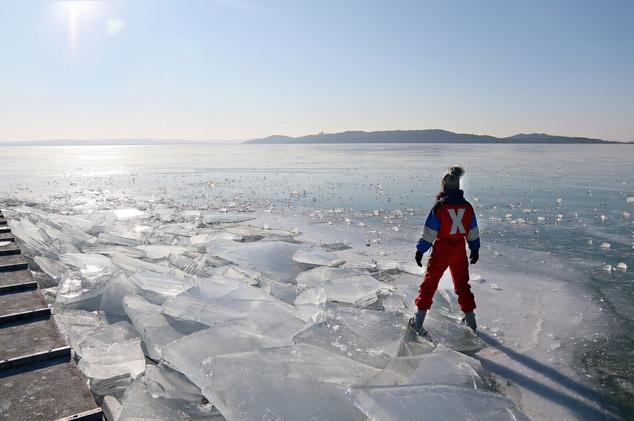 Balatonfüreden például néhány napja ez a kép készült, amikor kijelölték a tó első hivatalos jégpályáit