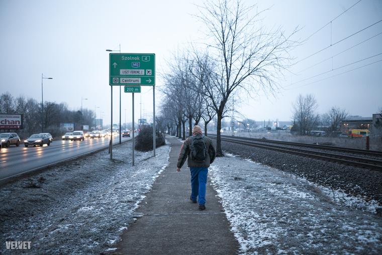 Álmos, ködös és hideg reggel a Ferihegyi Repülőtérre vezető úton