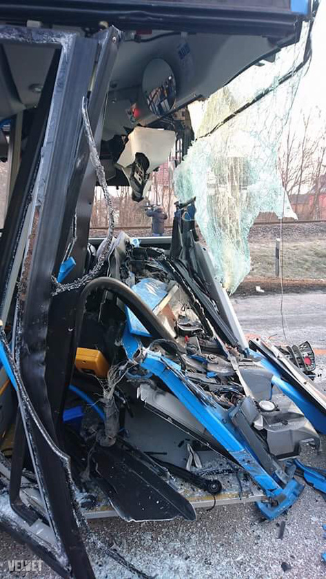 A Velvet információi szerint a balesetben egy ember biztosan megsérült, és volt olyan utas, aki maga mászott ki a buszból.