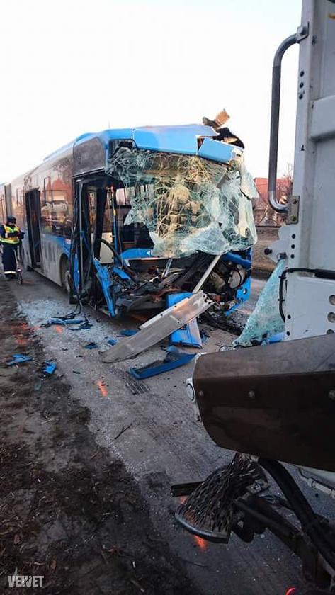 Semmi nem maradt annak a Volánbusz járatnak az elejéből, ami ma reggel ütközött egy kukásautóval Budapesten.