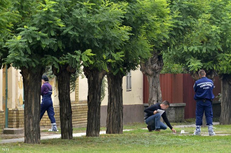 Rendőrök helyszíneltek a cibakházi plébánia előtt 2013 szeptemberében. A plébános gyilkosát hamarosan elkapták.