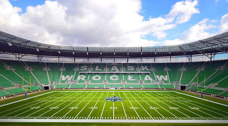 A wroclawi futballcsapat stadionja amerikaifutball-felfestéssel. Itt rendezik majd a világjátékok meccset is.