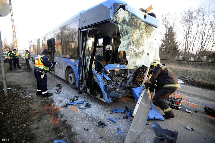 busz-kukásautó