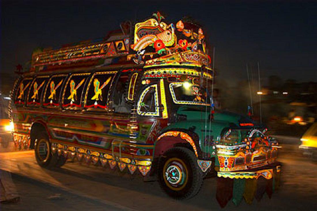 Nemcsak teherautókat, hanem buszokat is előszeretettel dekorálnak a Japánban.