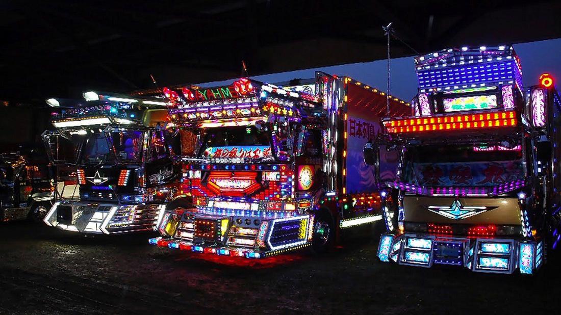 A dekotora kamionok általában egy-egy régió szerint, vagy a kamionos társadalmi elhelyezkedés szerint vannak csoportosítva, így azok hasonló stílusban jelennek meg. A képen látható teherautók stílusirányzatának neve: Harley-Davidson