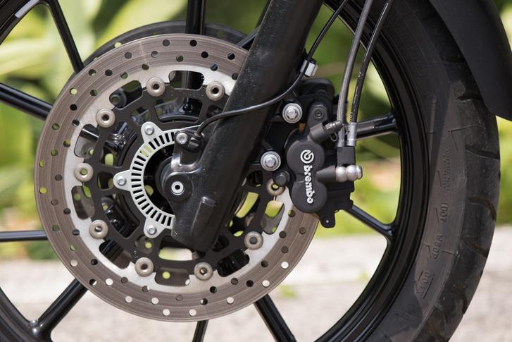 Van itt fék, rendesen: a két 300-as tárcsa nem csak a szimmetriának tesz jót, de lassítani is hatékonyabban tudnak, mint a Honda egytárcsás fékje