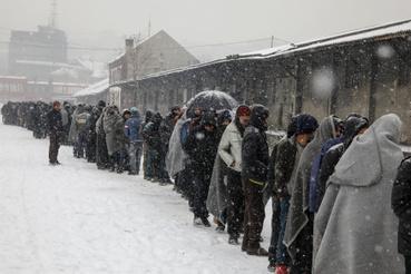 Ételosztásnál sorakozó menekültek Belgrádban
