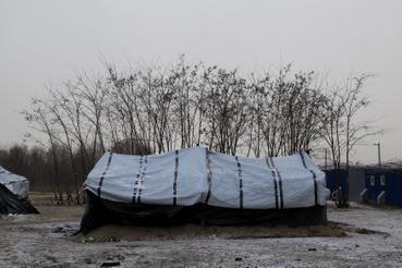 Téliesített sátor a szerb-magyar határon Horgosnál.  Nálunk kevesebb mint 500 menedékkérő tartózkodik csupán, akik számára lenne elég fedett szállás.                          Ennek ellenére újabb menekülteket szállítottak abba a sátortáborba, amely legfeljebb nyári elhelyezésre lenne  alkalmas