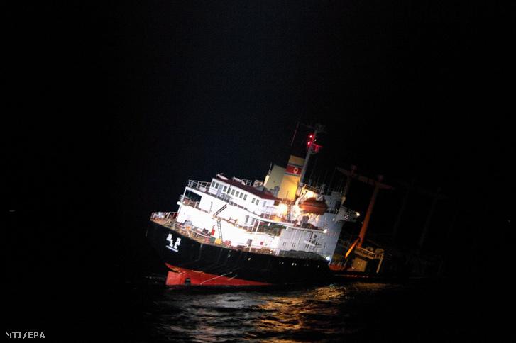 A japán parti őrség által közreadott kép egy süllyedõ észak-koreai hajóról Nagaszaki prefektúránál 2017. január 11-én.