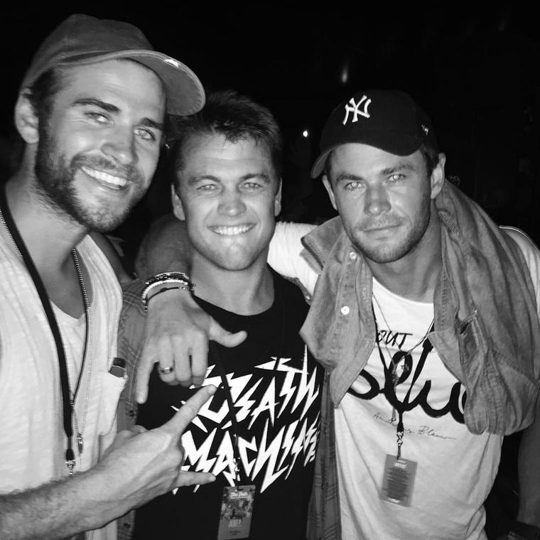 Hallhatta már a Hemsworth nevet máshol is: a három testvér, balról jobbra mind színész: a legfiatalabb Liam Hemsworth, a legidősebb Luke Hemsworth és maga Chris Hemsworth van a képen