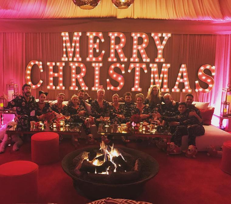 Olyannyira, hogy legutóbb egy elég népes karácsonyi bulit rendeztek maguk köztOtt volt az egész baráti társaság is, meg a nők