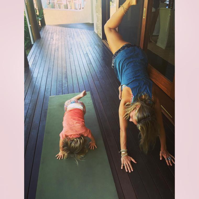 Még a kislány is vele jógázik!