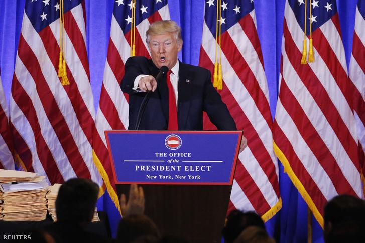 Trump a CNN riporterére mutat a szerdai sajtótájékoztatón
