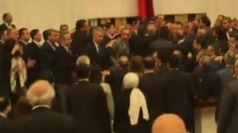 Verekedés tört ki a török parlamentben