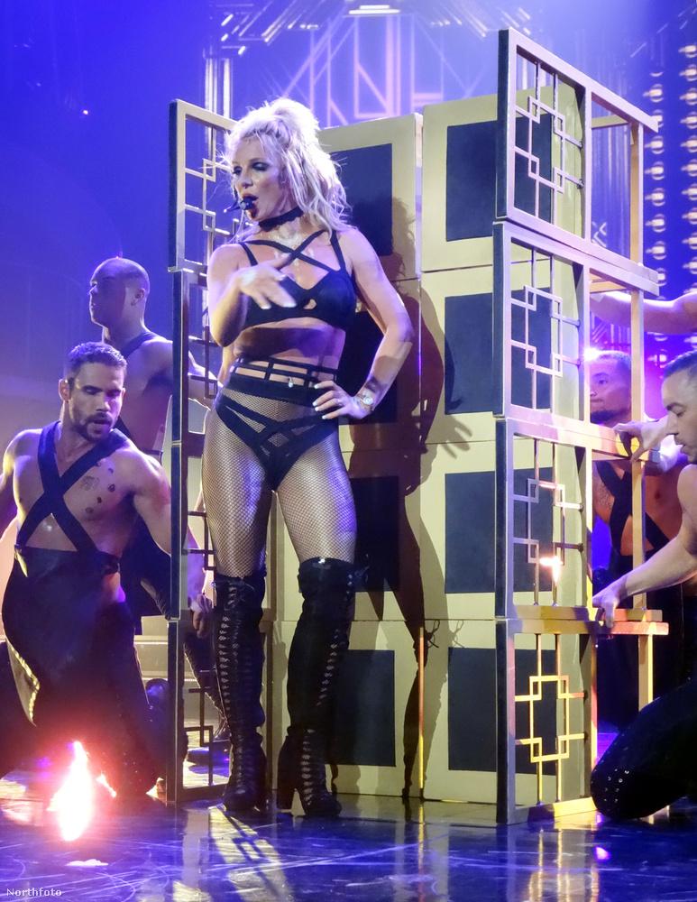 Britney ezen a ponton már nem is vesződött azzal, hogy szoknyát húzzon,