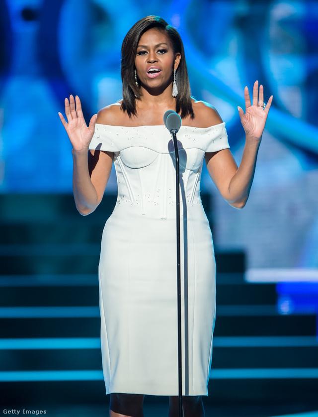Mintha ráöntötték volna ezt a fehér Zac Posen ruhát, amit a 'Black Girls Rock' nevű eseményen viselt New Jerseyben.