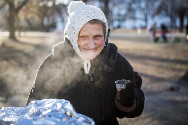 A forró tea ilyenkor életmentő lehet. Júlia át van fagyva, így többet is megiszik egymásután.