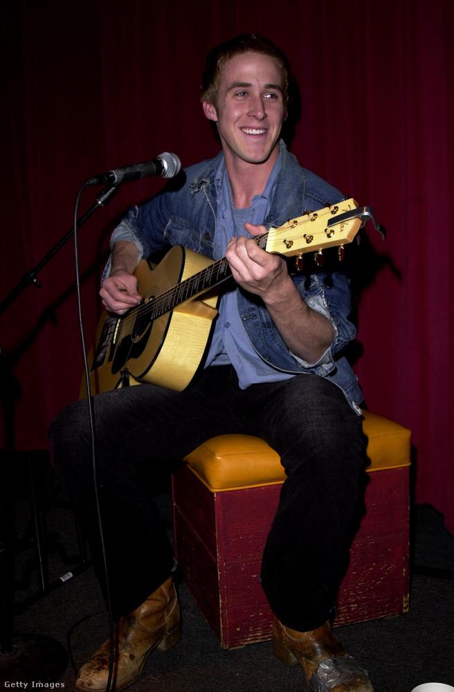 És azt tudta, hogy Ryan Gosling aktívan zenél is? Már korábban is feltűnt a Dead Man's Bones koncertjein, a Kalifornia Álomban pedig saját maga játszik a zongorás jelenetekben