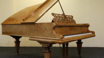 Aranykincsre bukkantak egy ódon zongorában