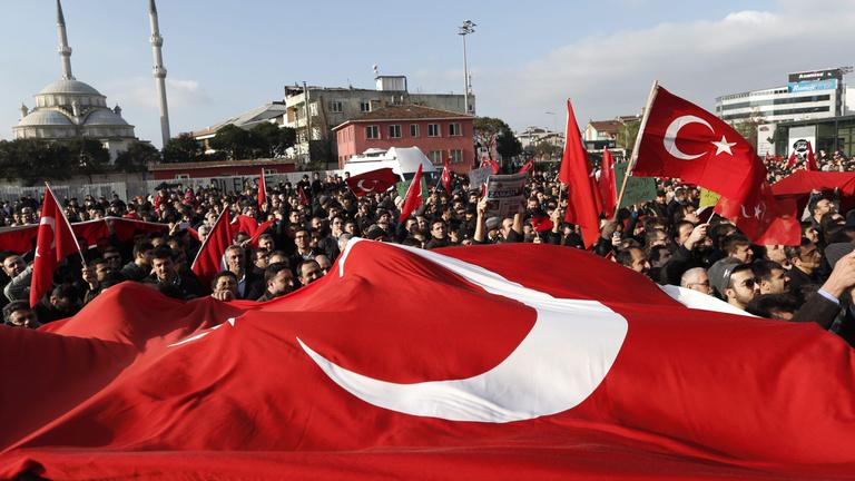 Zuhan a líra, menekül a pénz Törökországból