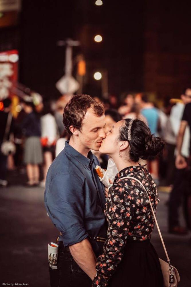 Beszámoltunk az amerikai Saya Tomioka szívszorító történetéről, aki 2015 nyarán a Time Square-en csókolózott szerelmével, amit egy arra járó fotós örökített meg