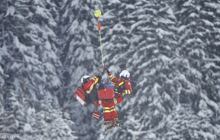 Miklós Editet helikopter vitte le a pályáról a balesetet követően