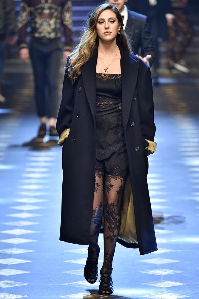 Ő itt Sophia Stallone, aki természetes és dögös szépségével ragadta magával a milánói divathét vendégeit
