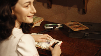 Anne Frank medáljának hasonmására leltek egy ásatáson