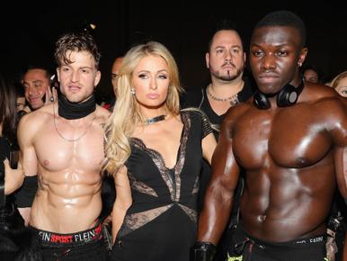 Paris Hilton beszabadult az izommodellek közé