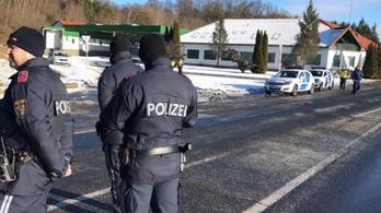Az osztrák–magyar senki földjén rekedtek a hidegben a menekültek