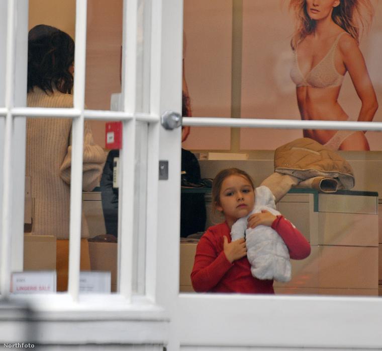 Harper imádott bábuját mindig, minden körülmények között magánál tartja, nem engedi el egy pillanatra sem