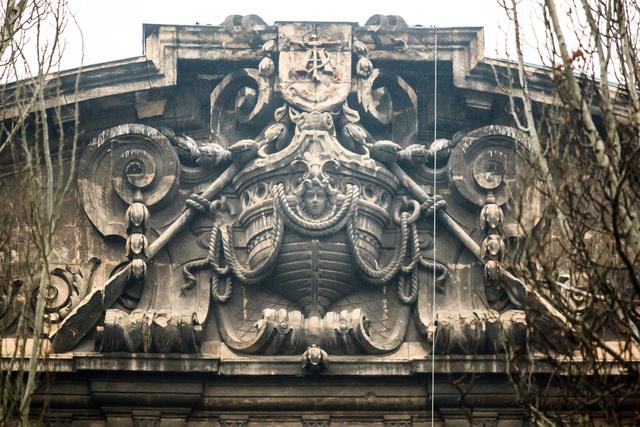 Az Adria-palota épületét számtalan, a hajózásra utaló motívum díszíti (szigony, kagyló, hajókötél, delfin, hajóorr), amelyek jelzik egykori funkcióját: itt volt az Adria Magyar Királyi Tengerhajózási Részvénytársaság székháza.