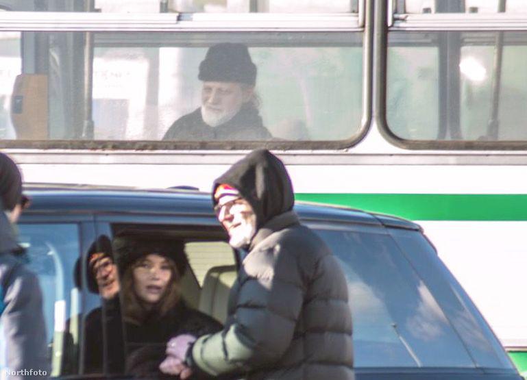 de először felhívnánk a figyelmet arra, hogy ennek a buszon utazó úrnak milyen menő közös képe lett a színésznővel.
