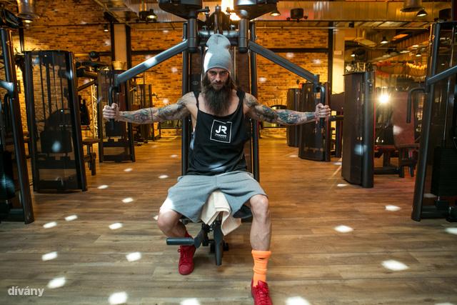 Peleskey Bence IFBB fitneszversenyző itt éppen azt mutatja be, hogyan kell egy diszkógömb alatt erősíteni.