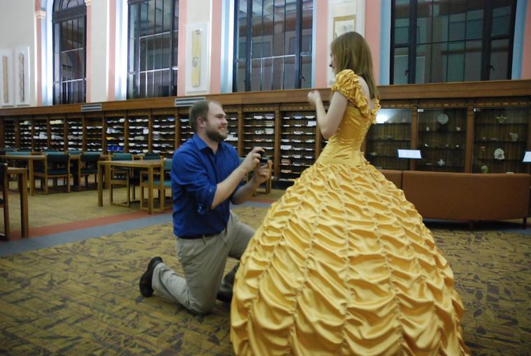 Azért Iowa állam könyvtárában volt a lánykérés, mert a filmben Belle imádja a könyveket, ezért a romantikus jelenet a filmben is részben könyvtárban játszódik.