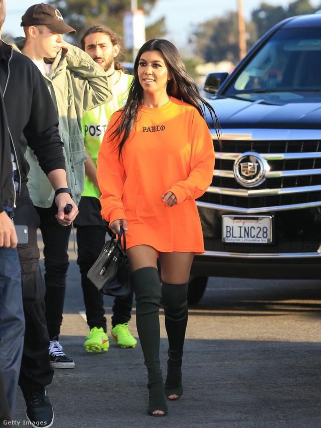 Kourtney Kardashian a legújabb trendek szerint, túlméretezett pulóverrel hordja a sötétzöld csizmát.