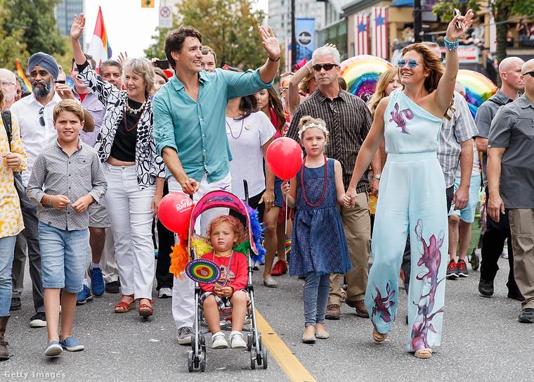 A kép jobb oldalán látható, amint fiával és családjával részt vesz a Vancouver Pride-on.                         Ez csak egy aprócska részlet színes és jótékony életéből.